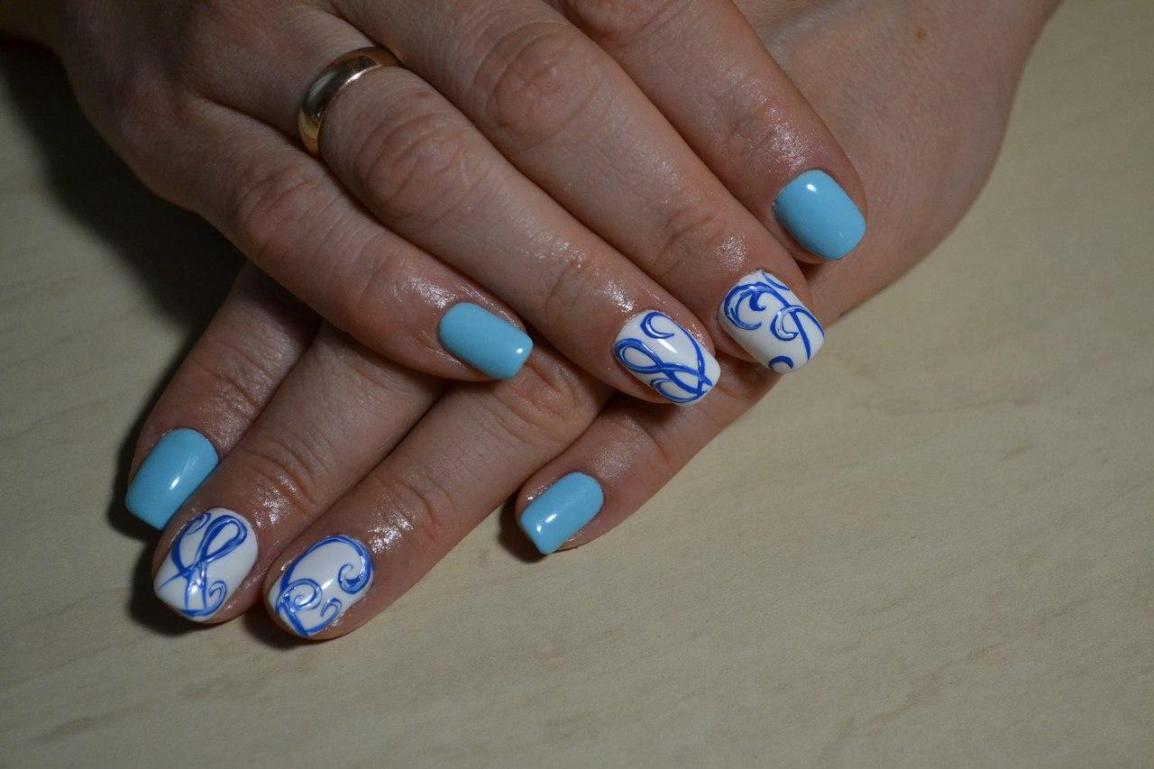 Завитушки на ногтях голубого цвета