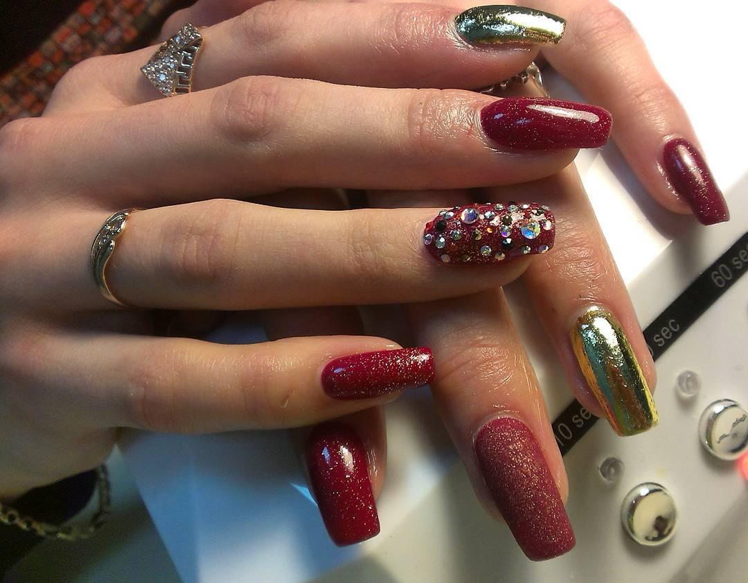 Шикарные длинные ногти бордового цвета