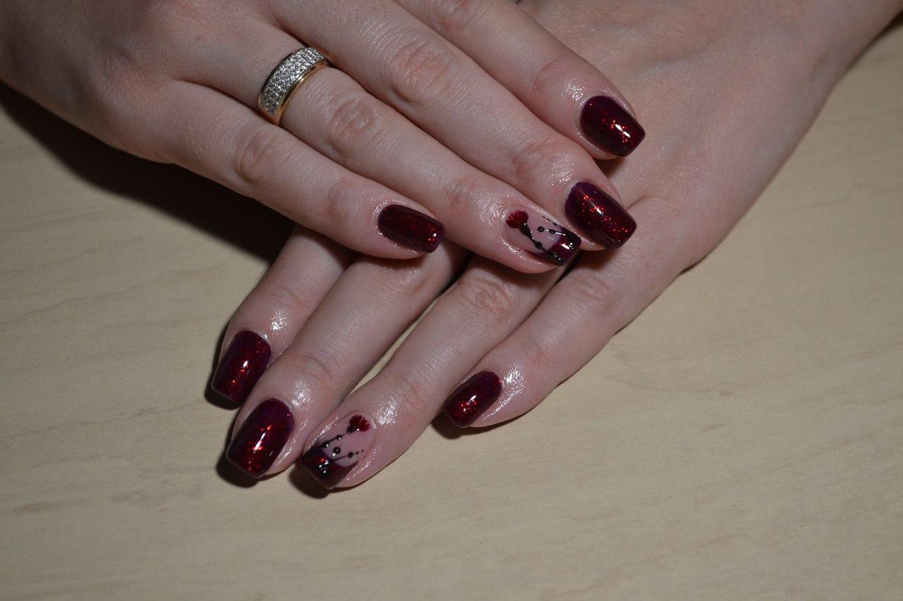 Блестящие ногти темно-красного цвета