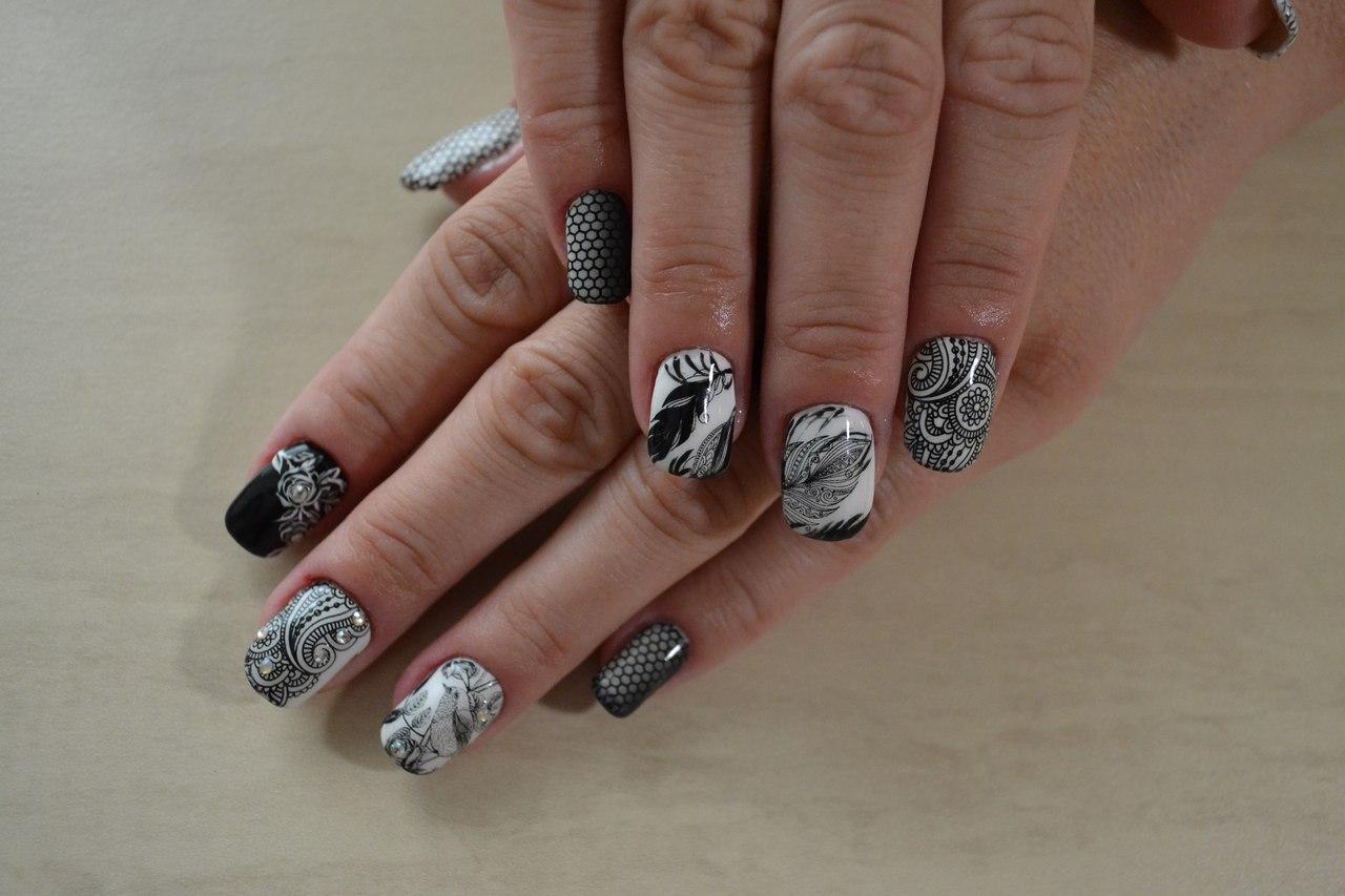 Чёрно-белые ногти с перьями и росписью