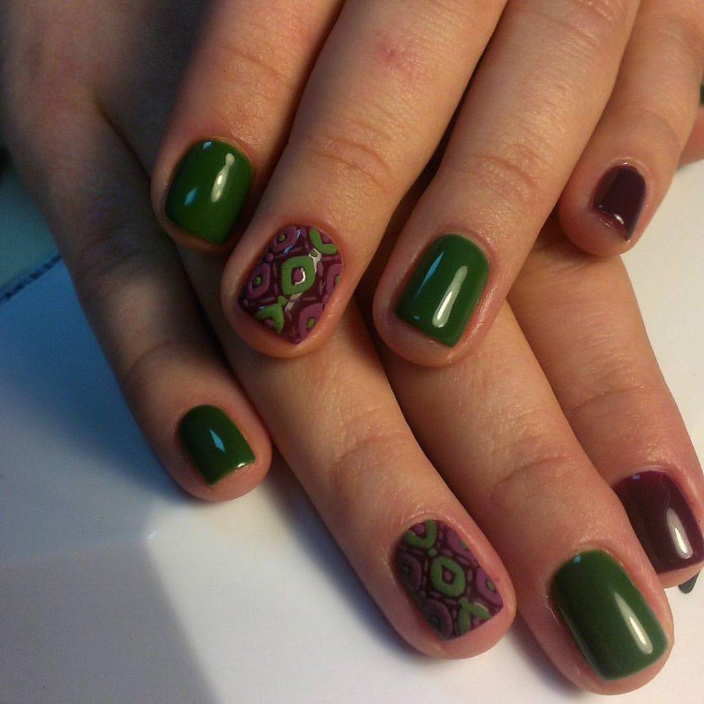 Дизайн ногтей фиолетовый с зеленым