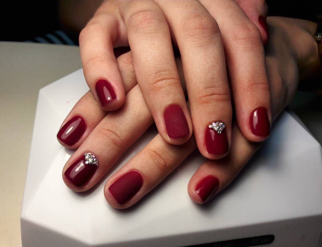 Вишневый бархатные ногти