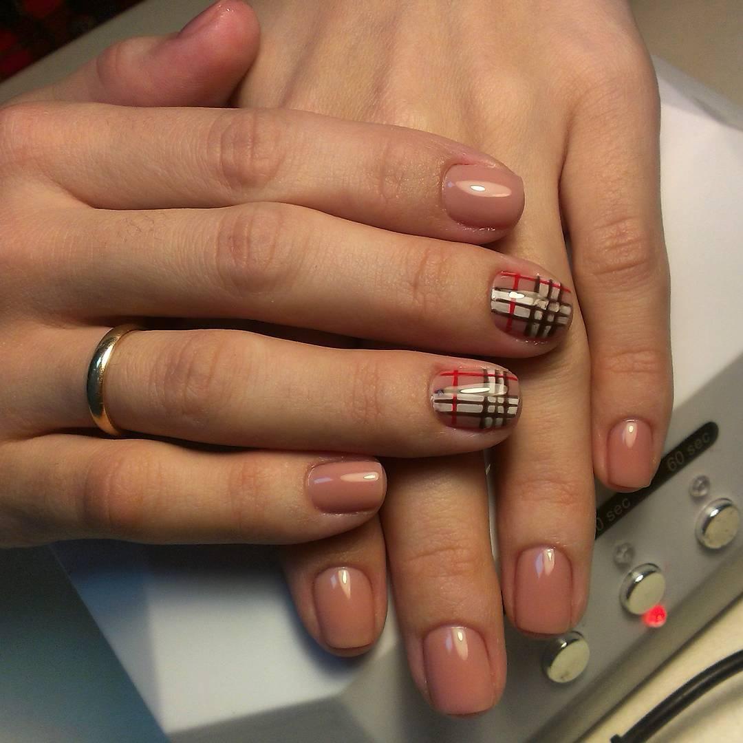 Ногти Burberry бежевого цвета