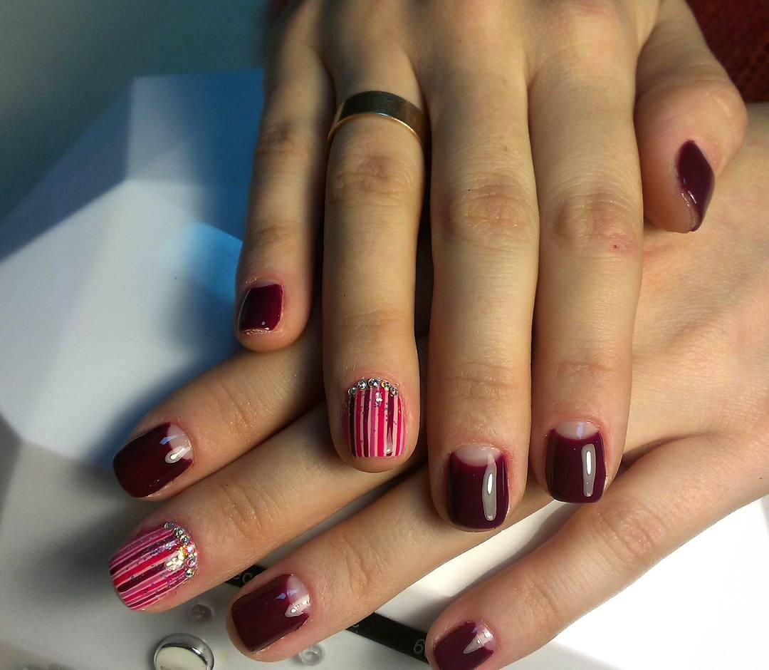 Ногти в полоску красных оттенков