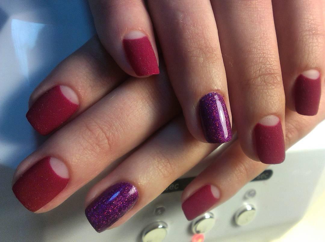 Бархатные вишневые ногти с лунным френчем
