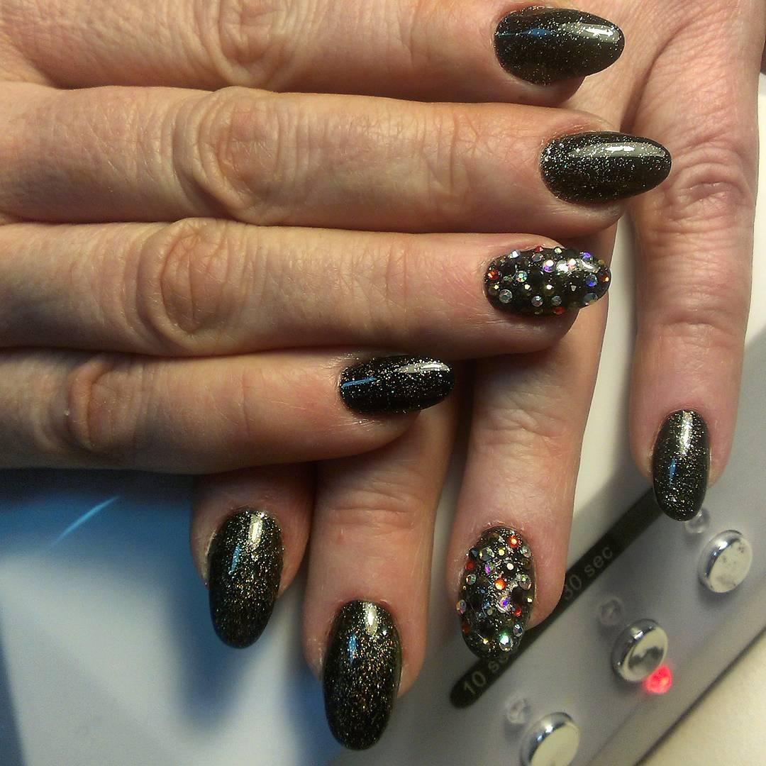 Дизайн черных ногтей со стразами фото