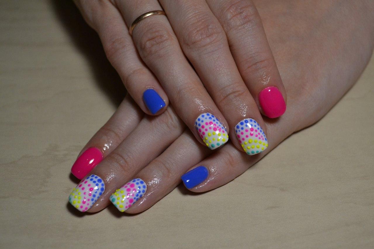 Яркие разноцветные ногти на лето