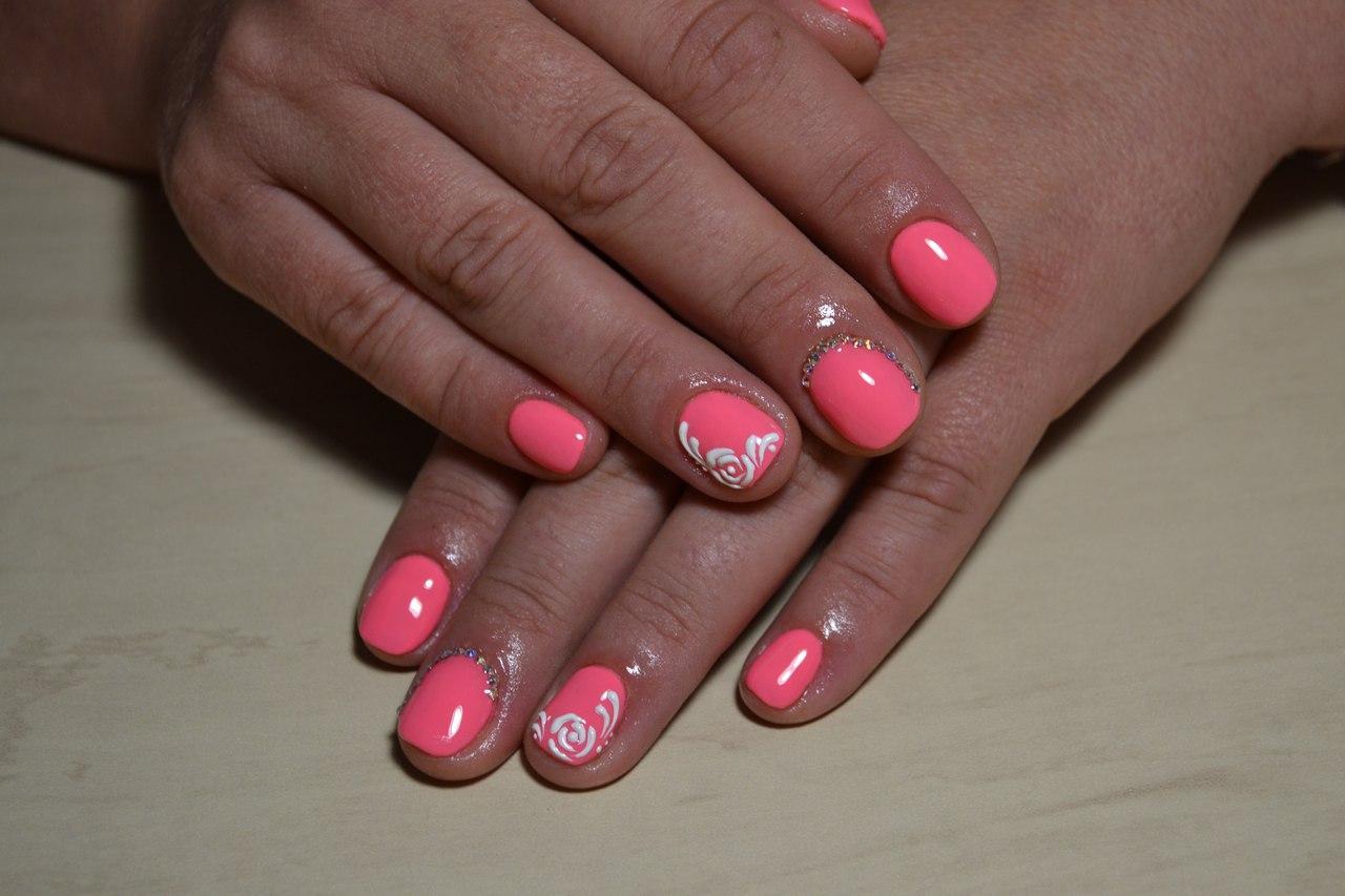 Белая ароматная роза на коротких ногтях