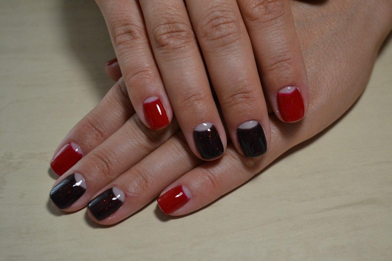 Красный маникюр с лунным френчем
