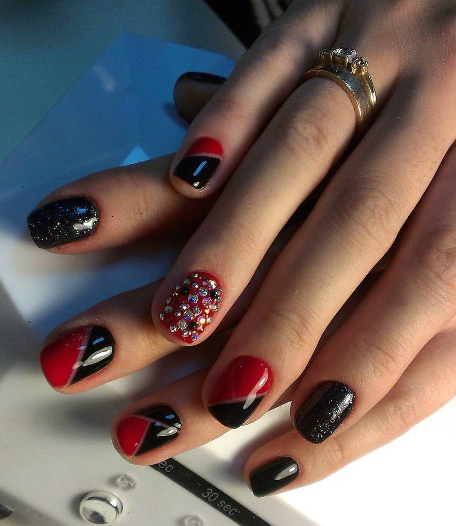 Чёрно-красные страстные ногти со стразами