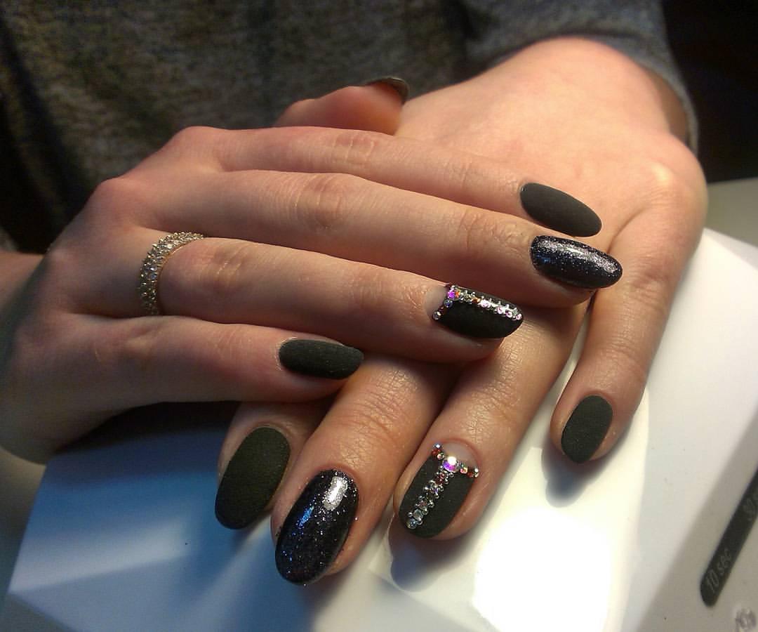 Бархатные ногти чёрного цвета