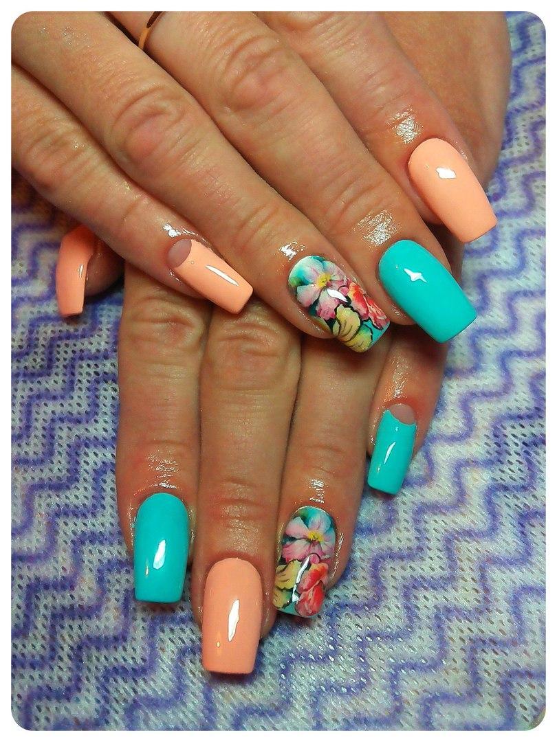 Длинные ногти с цветами и лунным френчем