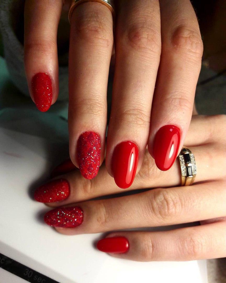 Нарядный праздничный маникюр красного цвета
