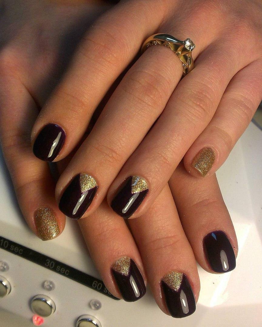 Блестящие золотистые ногти с темным шеллаком
