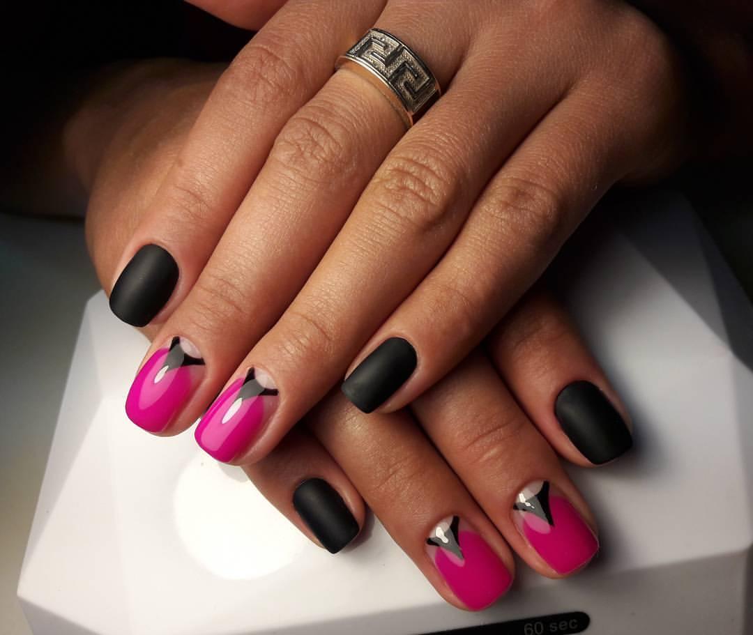Чёрные матовые ногти с ярко-розовым шеллаком