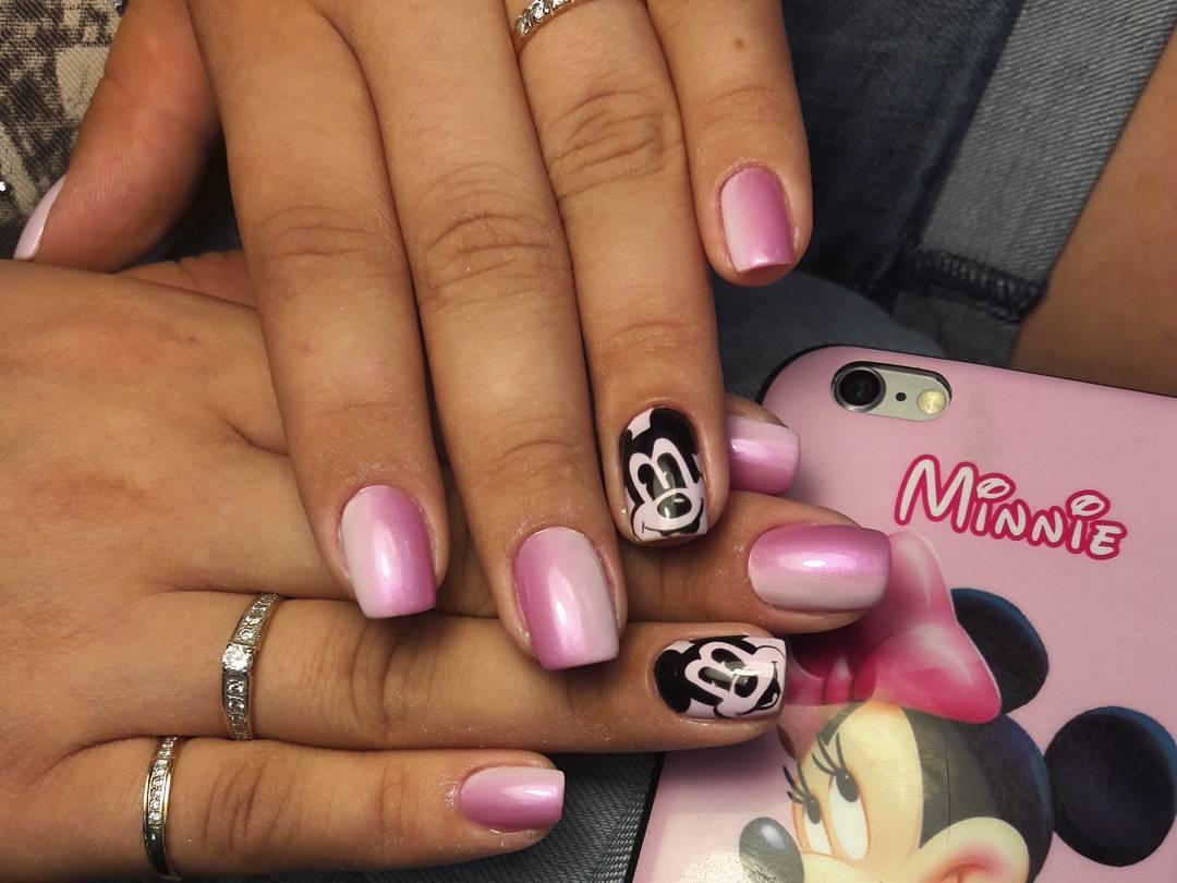 Веселый Микки на розовых ногтях