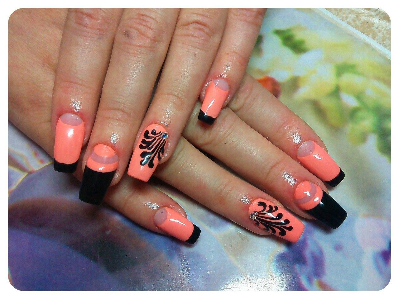 Персиковые ногти с лунным френчем и чёрным рисунком