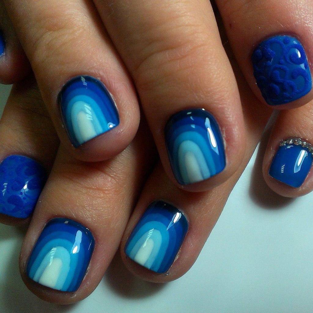 Все оттенки синего цвета в радуге на ногтях
