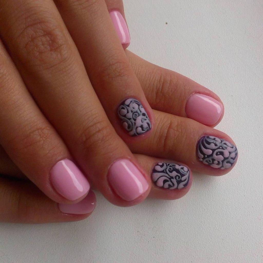 Нежный розовый маникюр с узором