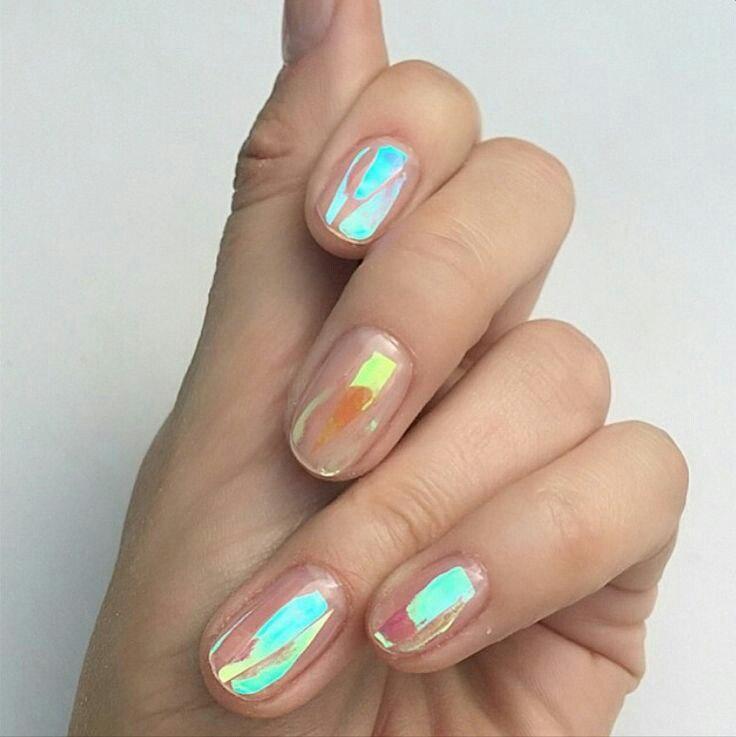 Битое стекло на прозрачных ногтях