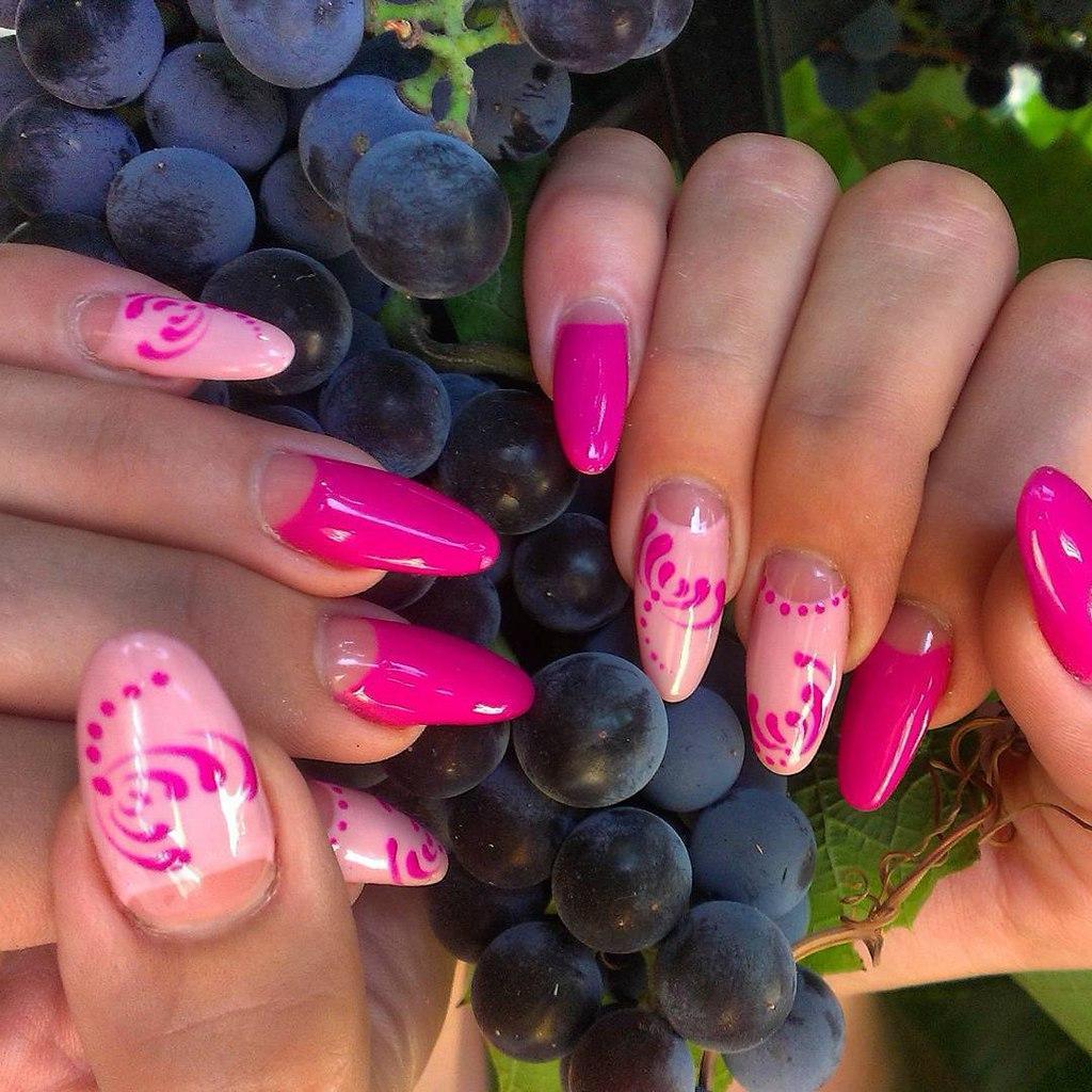 Длинные наращенные ногти розового цвета