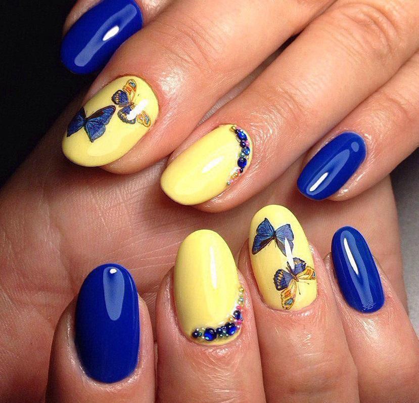 Сине-желтый маникюр с бабочками