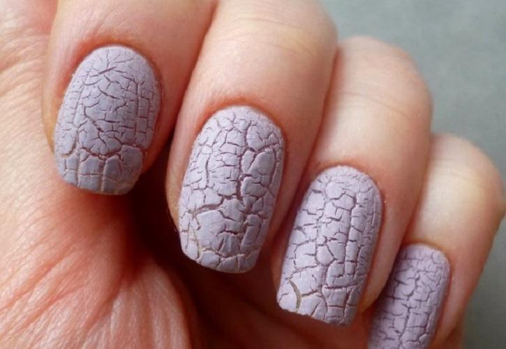 Нежно-розовый кракле на средних ногтях
