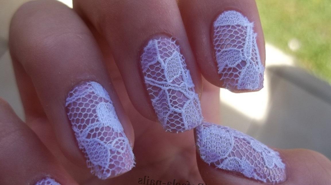 Белое кружево на длинных ногтях
