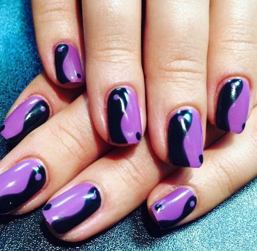 Современный маникюр в черно-фиолетовом цвете