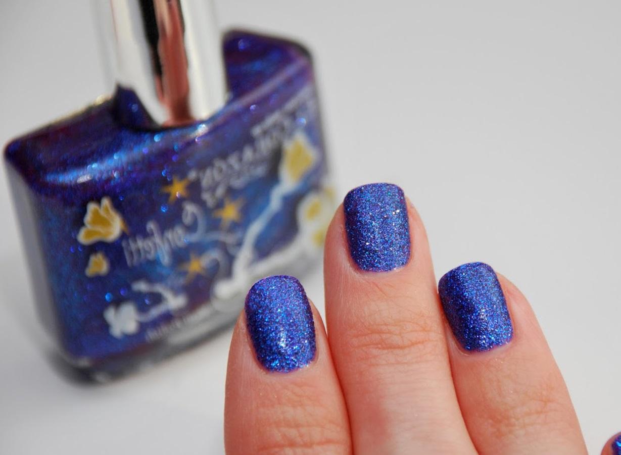 Зимний синий маникюр с блестками