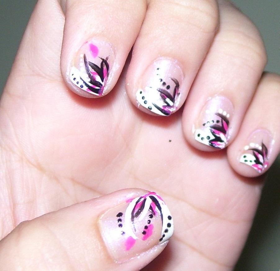 Фиолетовые блики на коротких ногтях