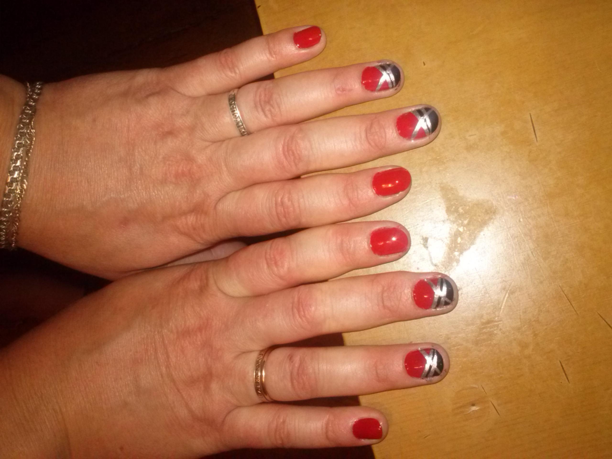 Эксперименты с серебром на красном маникюре