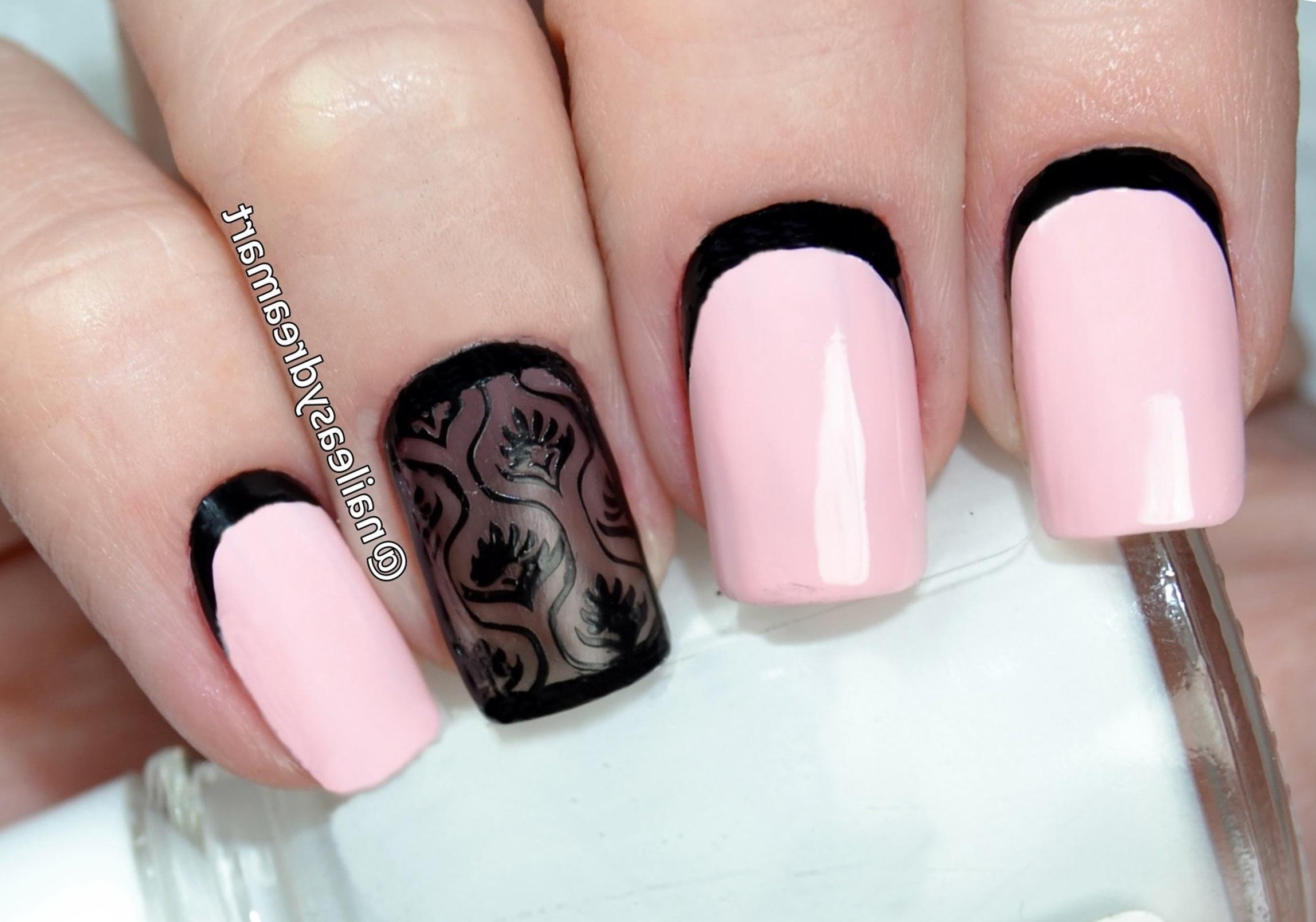 Черный лунный френч в нежно-розовом маникюре