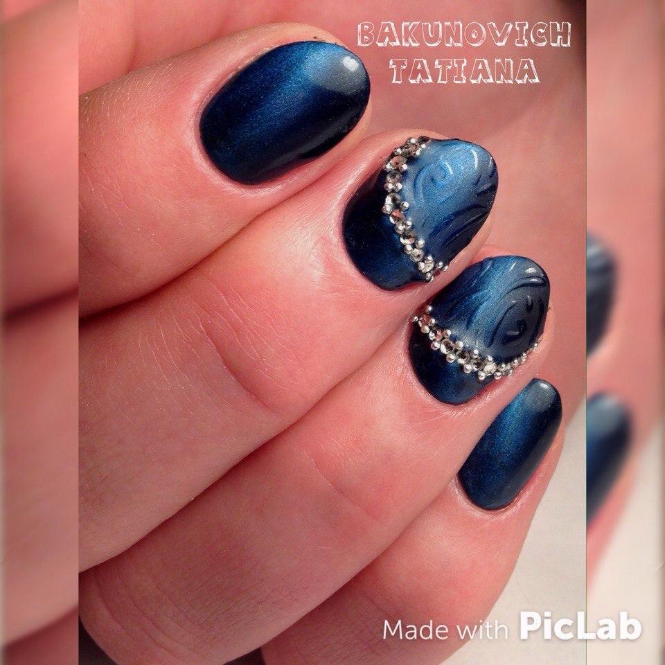 Синий магнитный маникюр с бульонками и стразами