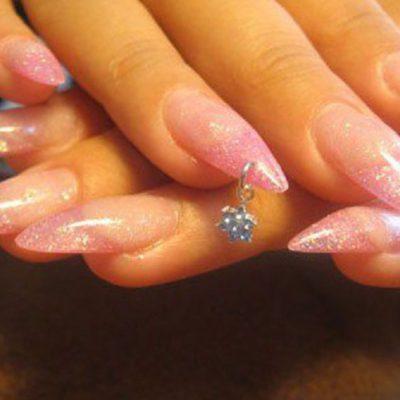 Нежный розовый маникюр с пирсингом