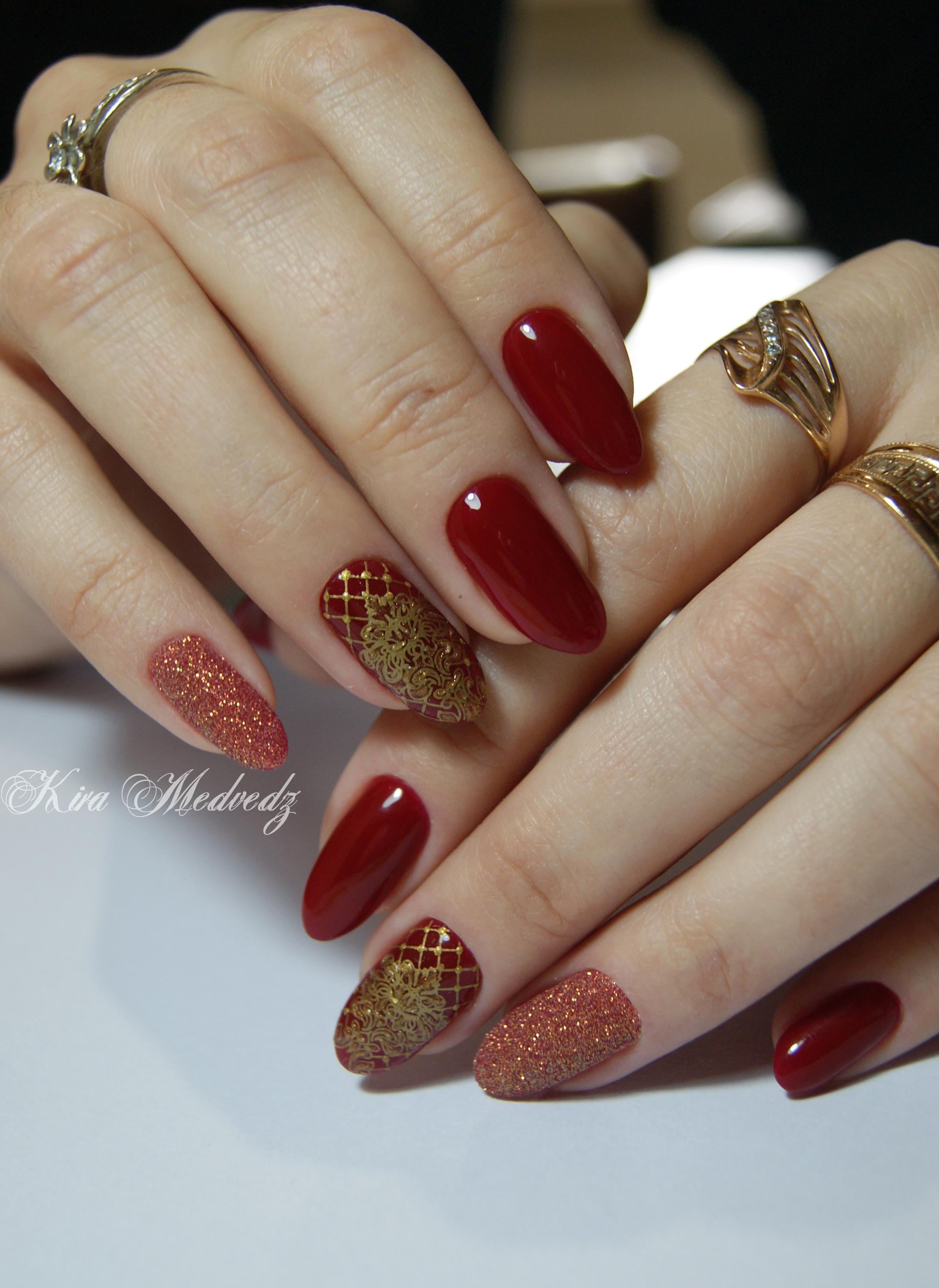 Великолепные золотые узоры на длинных красных ногтях