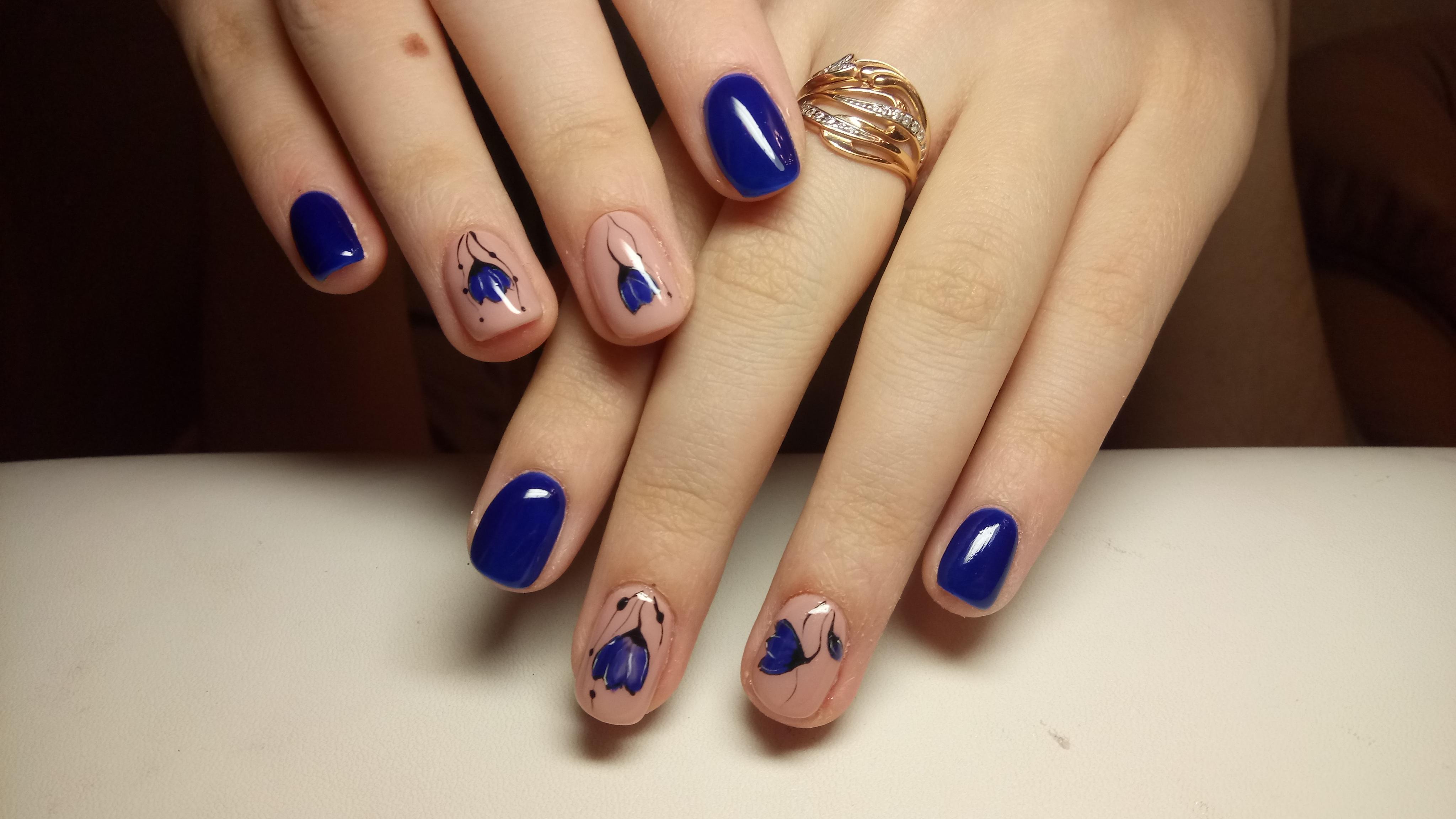 Красивый синий маникюр с яркими цветами