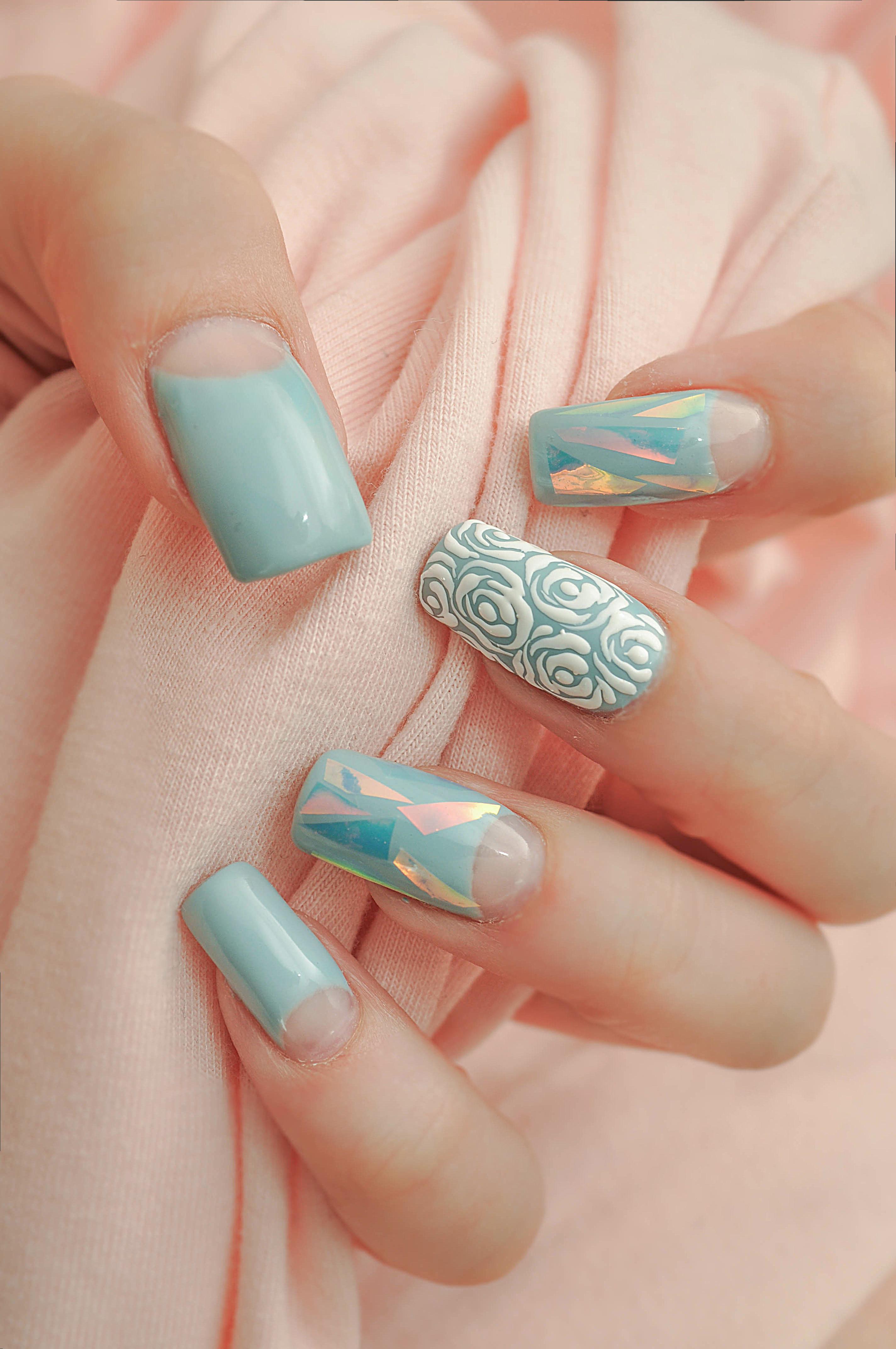 Приятный голубой маникюр с битым стеклом и росписью
