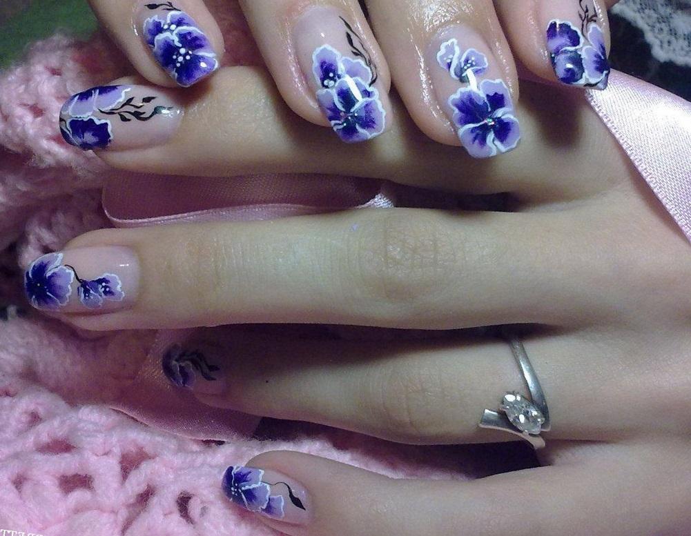 Росписные фиалки на длинных ногтях