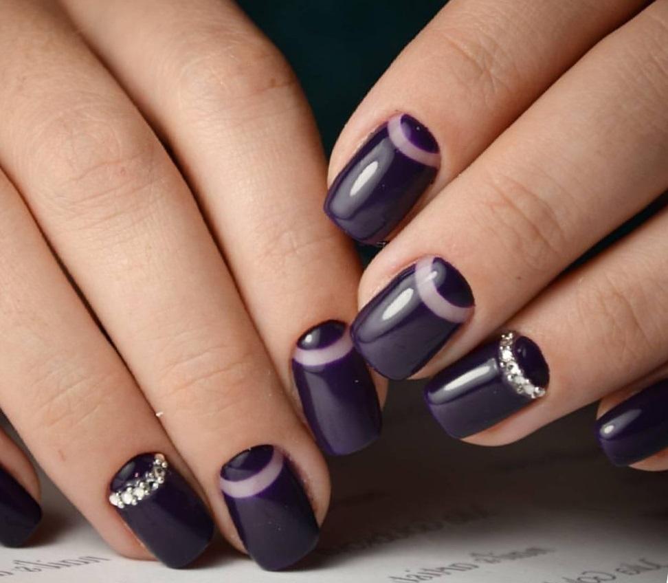Красивый фиолетовый маникюр с лунным френчем