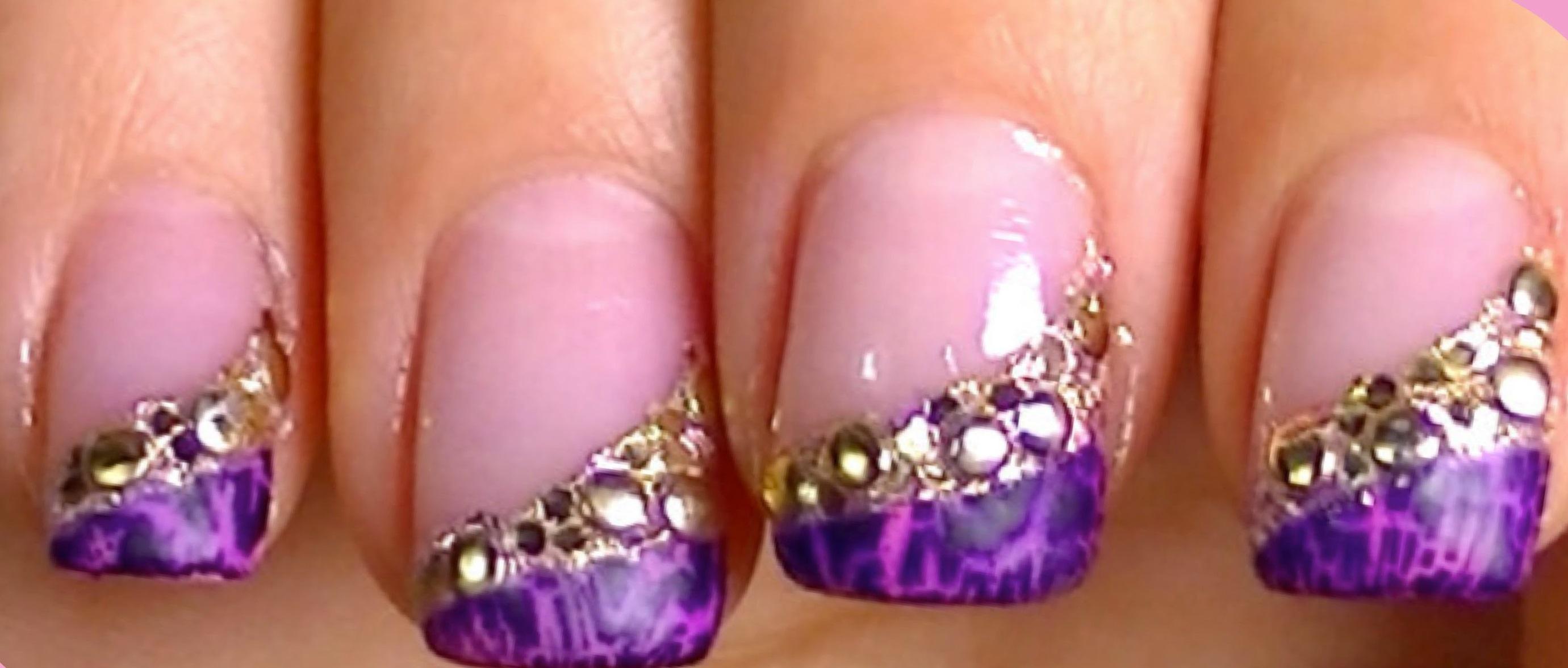 Фиолетовый кракле-френч в маникюре со стразами