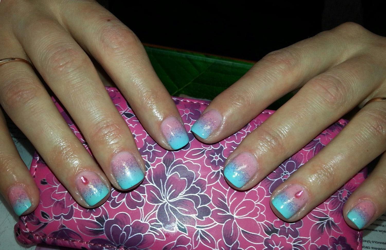 Сложный розово-голубой градиент на ногтях