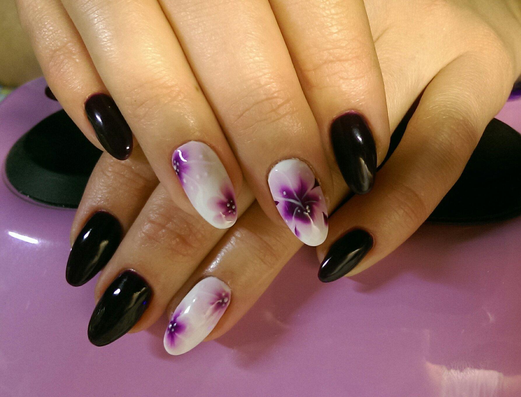 Черный красивый маникюр с омбре-цветами