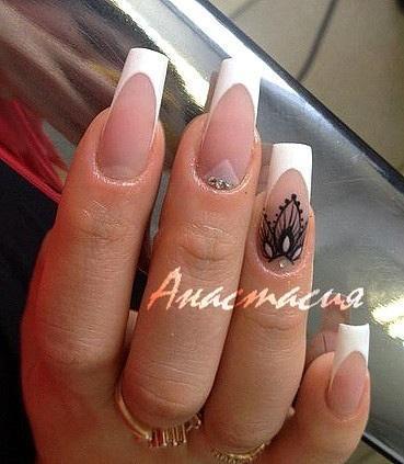 Красивая роспись, стразы и френч на длинных ногтях