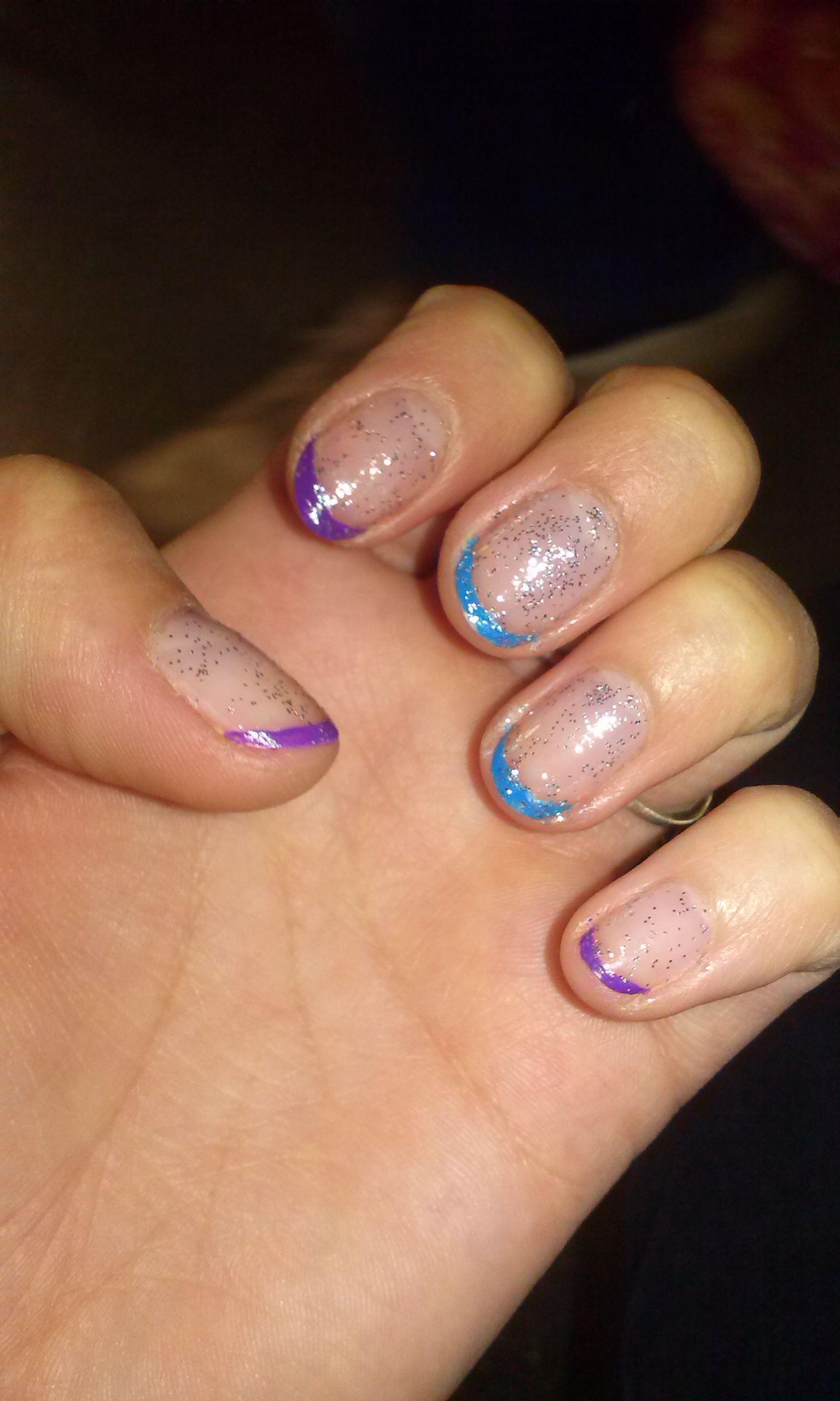 Фиолетово-голубой френч на ногтях с блестками