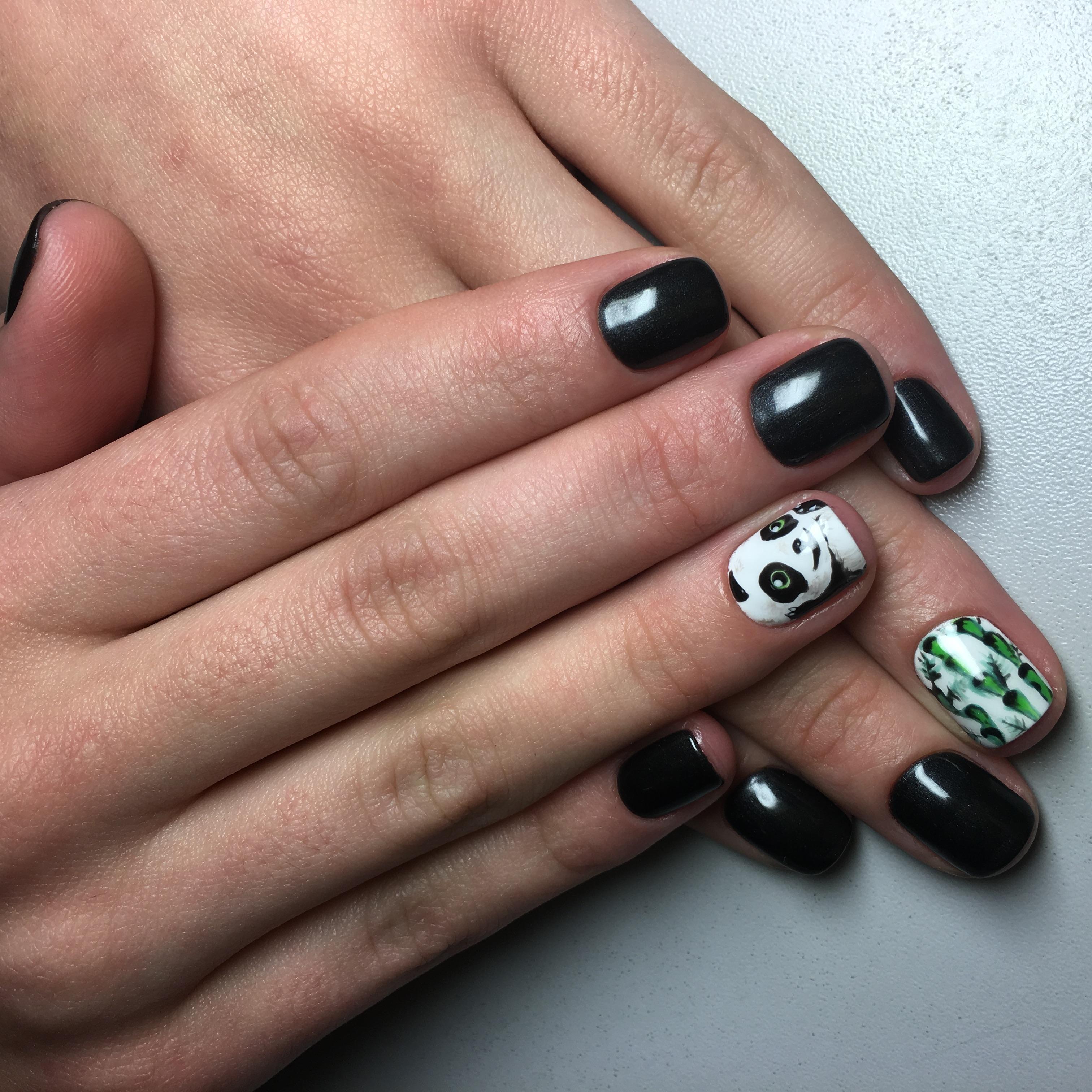 Панда и бамбук в черном маникюре на короткие ногти
