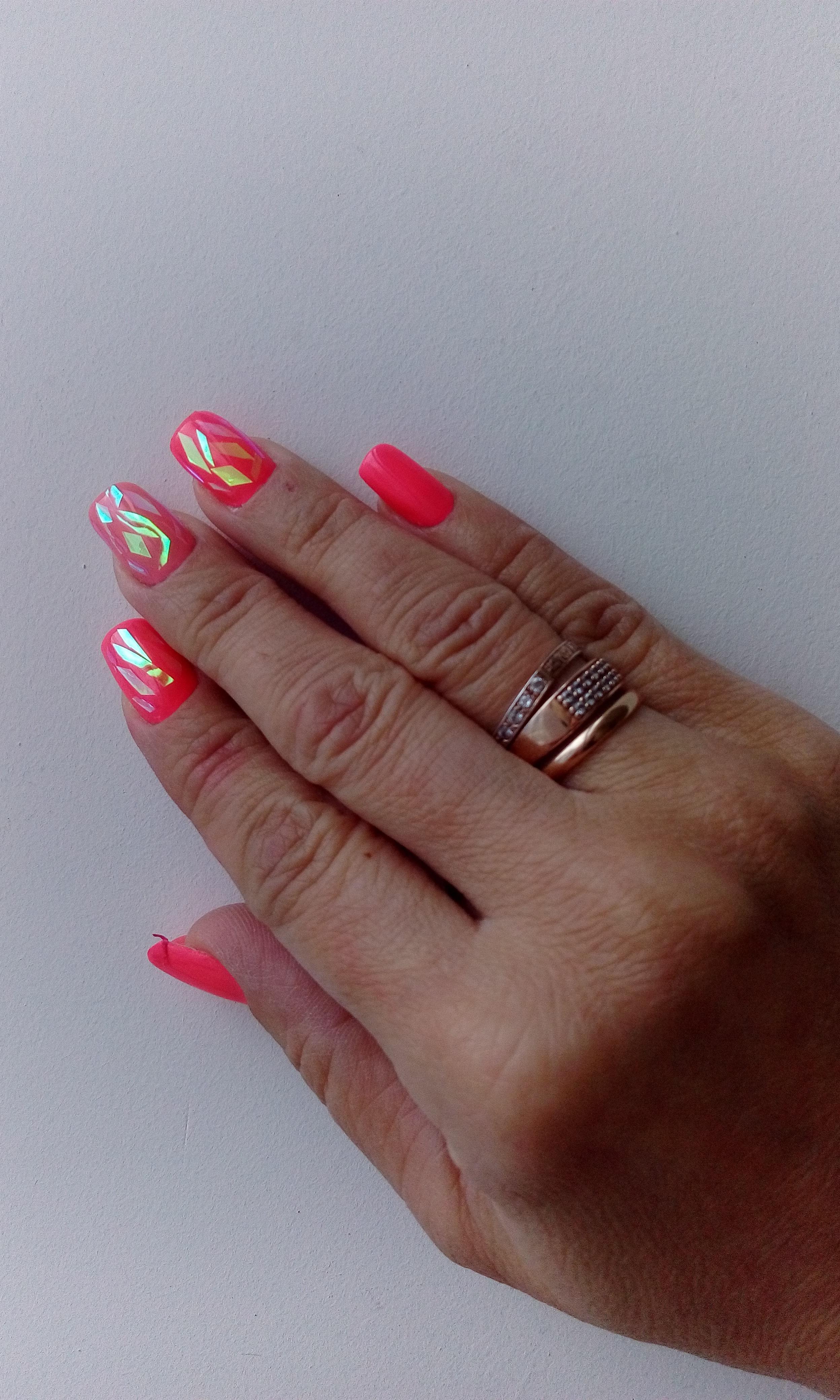 Битое стекло на алых ногтях