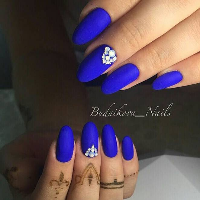 Синий агат на длинных ногтях