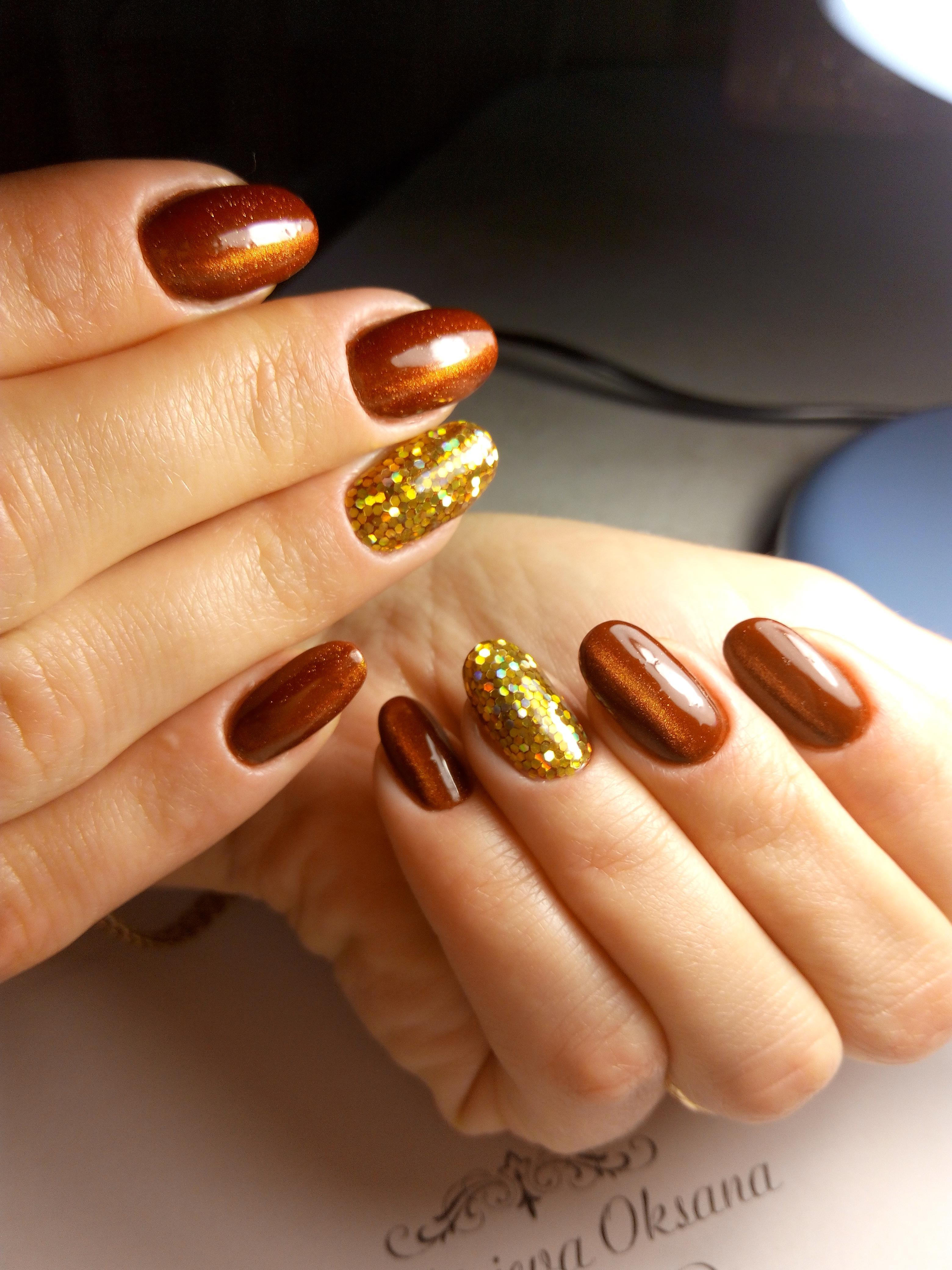 Яркий бронзовый маникюр с блестками
