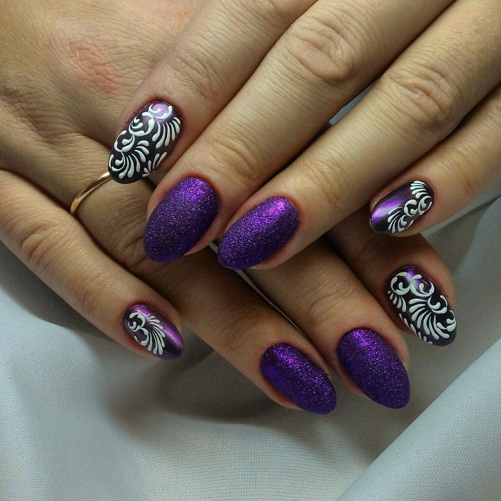 Шикарный фиолетовый маникюр с росписью и блестками